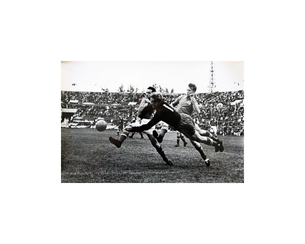 Сборная команды СССР борется за мяч в одном из матчей чемпионата 1965 года