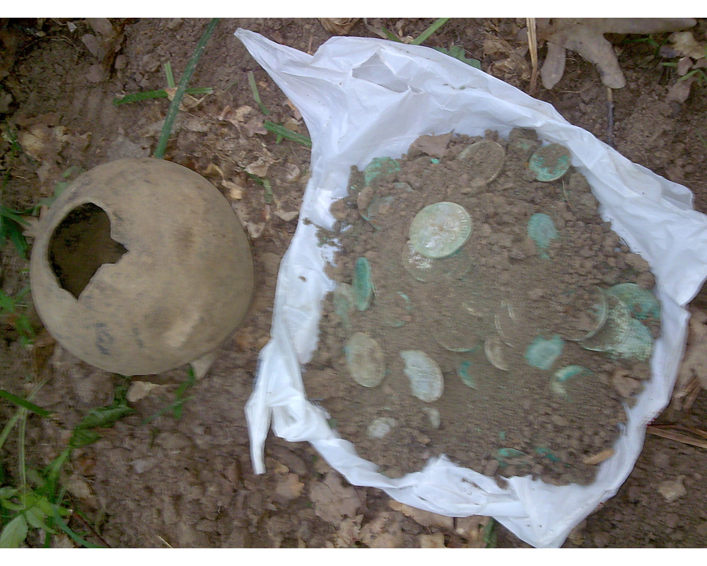 Преимущественно медные монеты. Часто большую россыпь можно встретить именно так