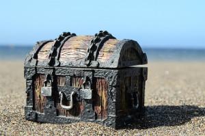 Сундук с сокровищами на песке